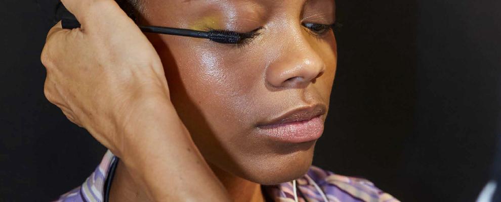 Ogni donna merita un uomo che le rovini il rossetto, non il mascara.